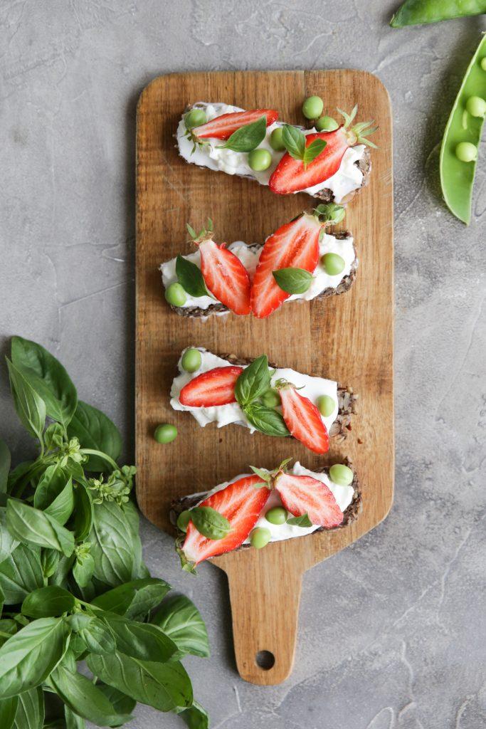 Recette de tartines burrata fraises et petits pois par Besly