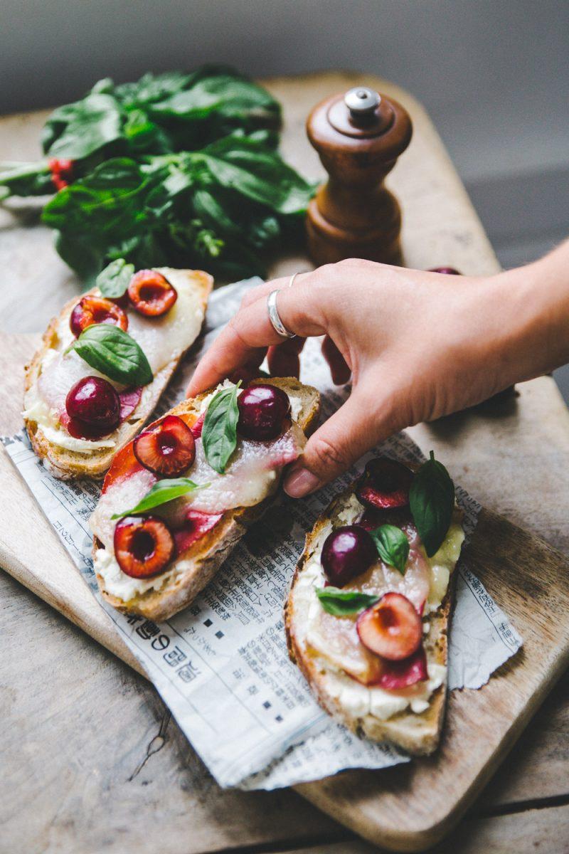 Recette tartine d'ossau iraty et cerises fraîches Styliste culinaire Lyon Besly