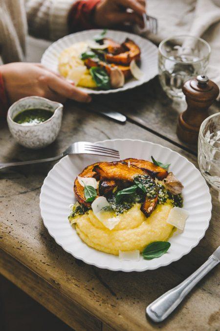 Recette polenta crémeuse, pesto et potimarron rôti à l'ail styliste culinaire Lyon