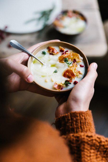 Recette soupe au chou-fleur à l'ail et pancetta Stylisme culinaire Lyon et photographie Besly